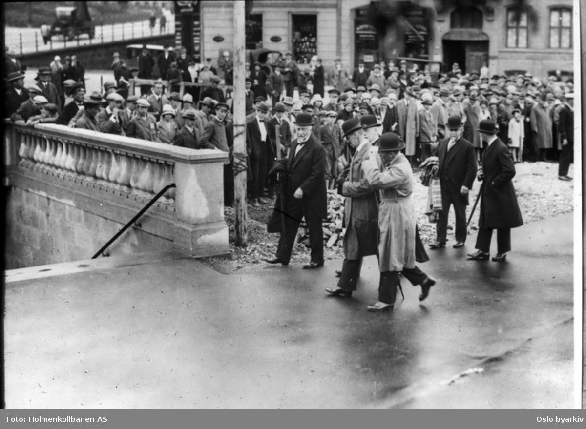 Kong Haakon med følge fra åpningen av den nye undergrunnsbanen, den 27, juni 1928.