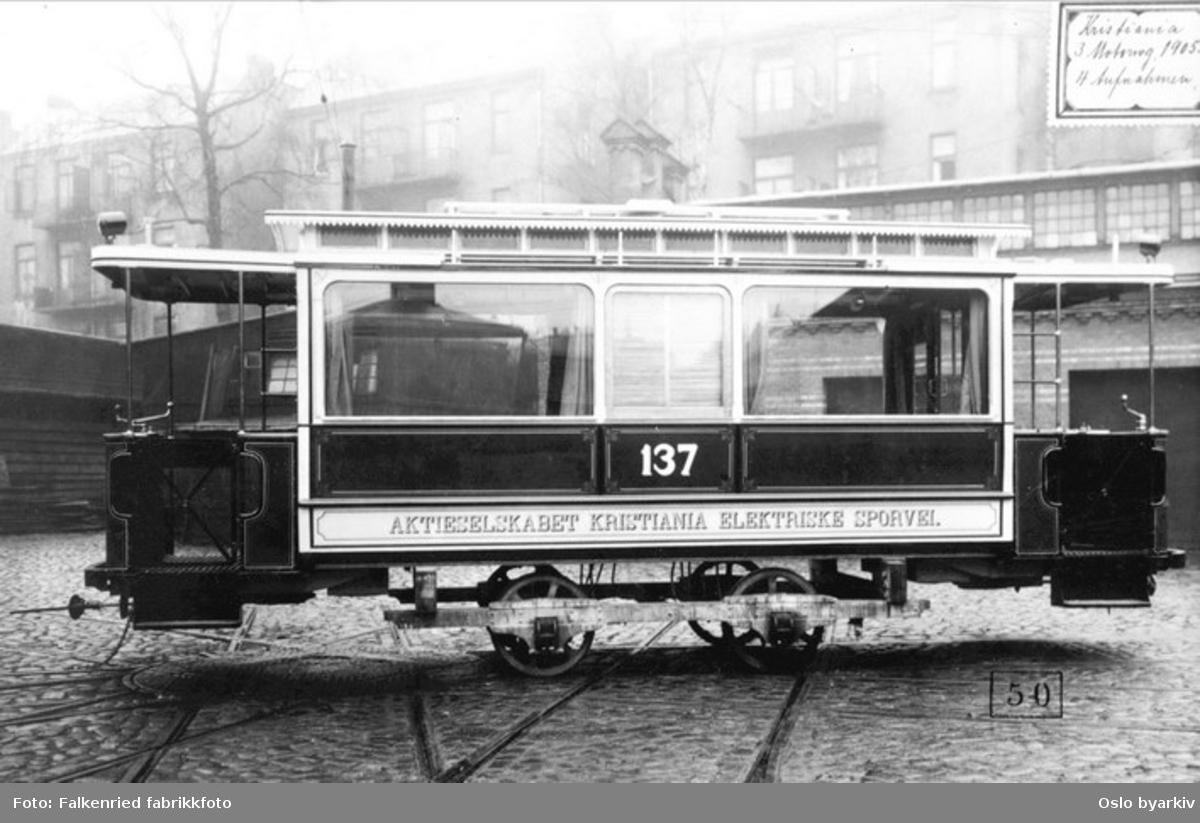 Trikk type U nr. 137, nybygd vognkasse på tralle i leverandørens bakgård. Falkenried anlegget