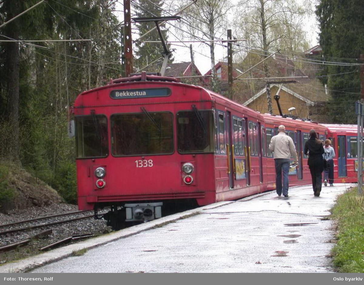 Oslo Sporveier. Kolsåsbanen / Bærumsbanen. T-banevogn, serie T7, vogn 1338 på linje 3 til Bekkestua (midlertidig endestasjon). Tjernsrud T-banestoppested.