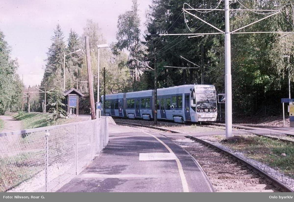 Oslo Sporveier. Trikk motorvogn 151 type SL95 linje 13 ved Tjernsrud.