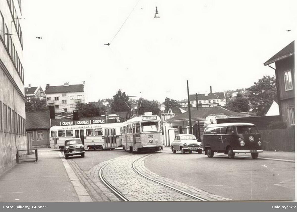 Oslo Sporveier. Trikk motorvogn 242 type Høka MBO og tilhenger type Høka TBO linje 4 (eller 3) svinger fra Strømsveien og inn mot Vålerenga vognhall via spor i Østerdalsgata og Numedalsgata. Disse ble anlagt i 1957 for å lette inn- og utkjøring fra Vålerenga vognhall da Høka-vognene ble stasjonert der. Foto fra Østerdalsgata.