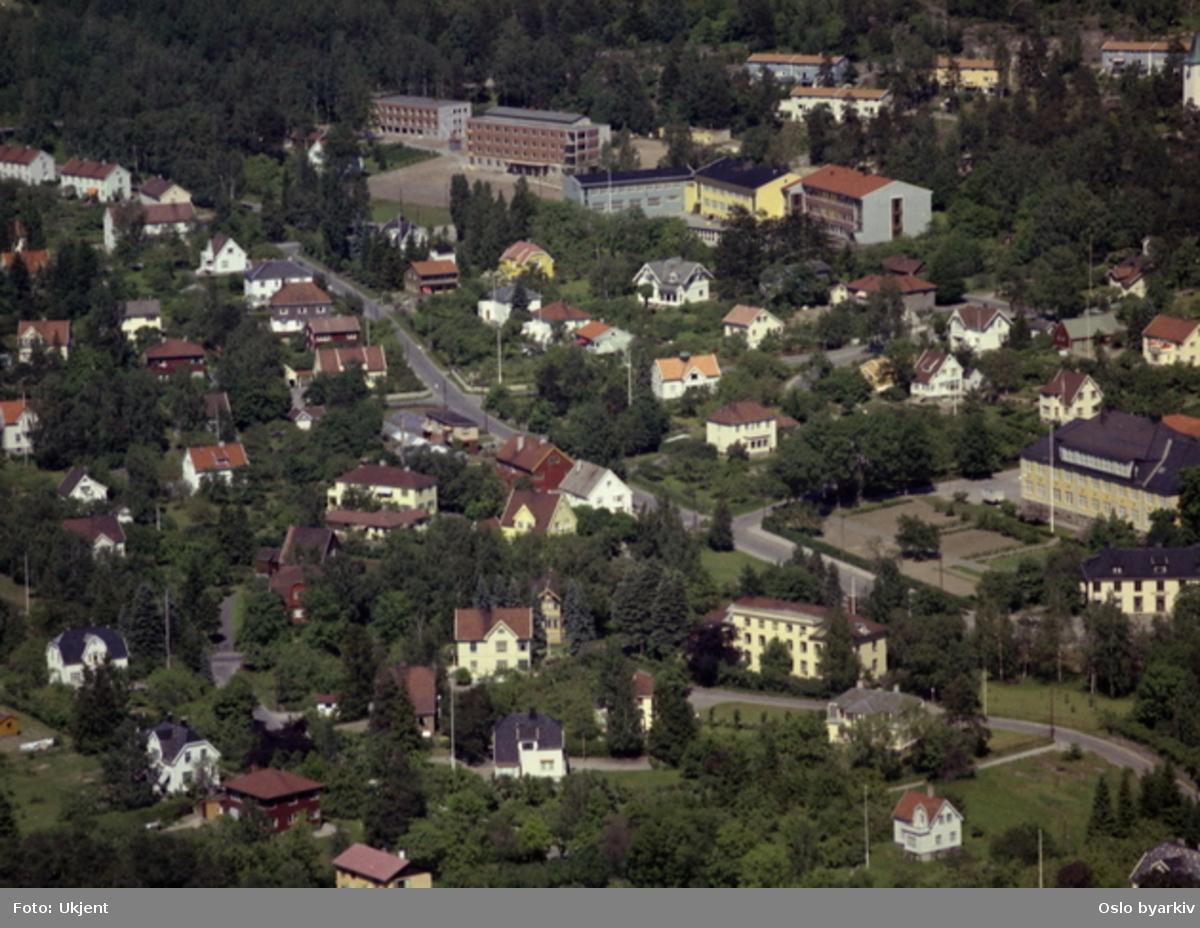 Holtet, Bekkelaget. Bekkelaget skole (t.h.). (Flyfoto)