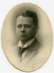 """""""til Emma fra Fru Aamot. bilde av far konsul Oscar Hanssen"""""""