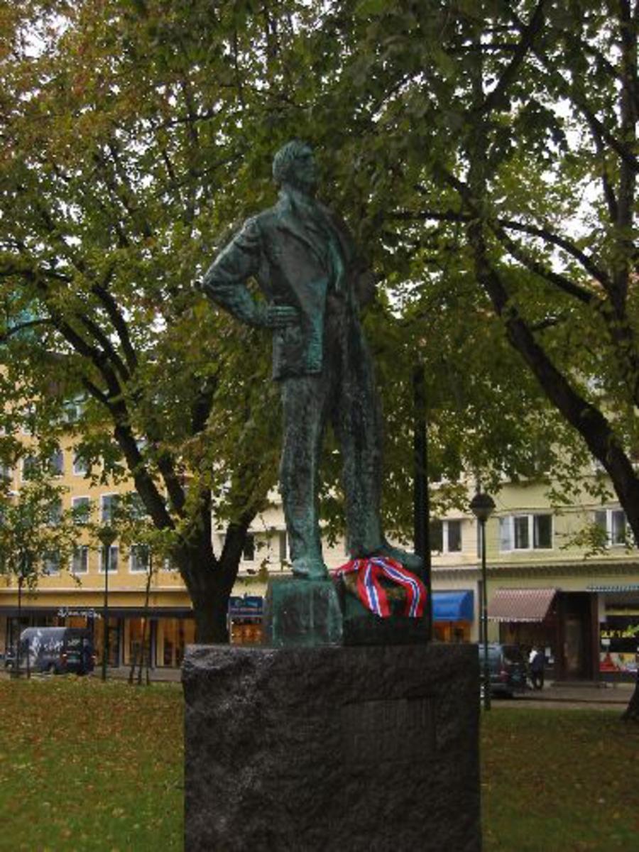 Minneplate står på Birkeland kirke. Var krigskorpsondent og ble skutt ned over Tyskland .22/8-42 Kjøreanvisning: Står i parken til høyre for inngangen til den Nasjonale Scene i Bergen. Står og ser mot (Gestapohuset), utover byen mot syd.