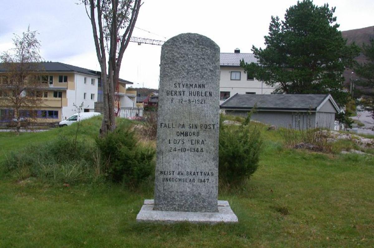 2 m høy bautastein med innhugget tekst