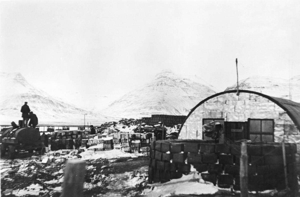 Fra 330 skvadronens avdeling på Island. Flybensin lagres på kanner og helles manuelt over i en tankbil.