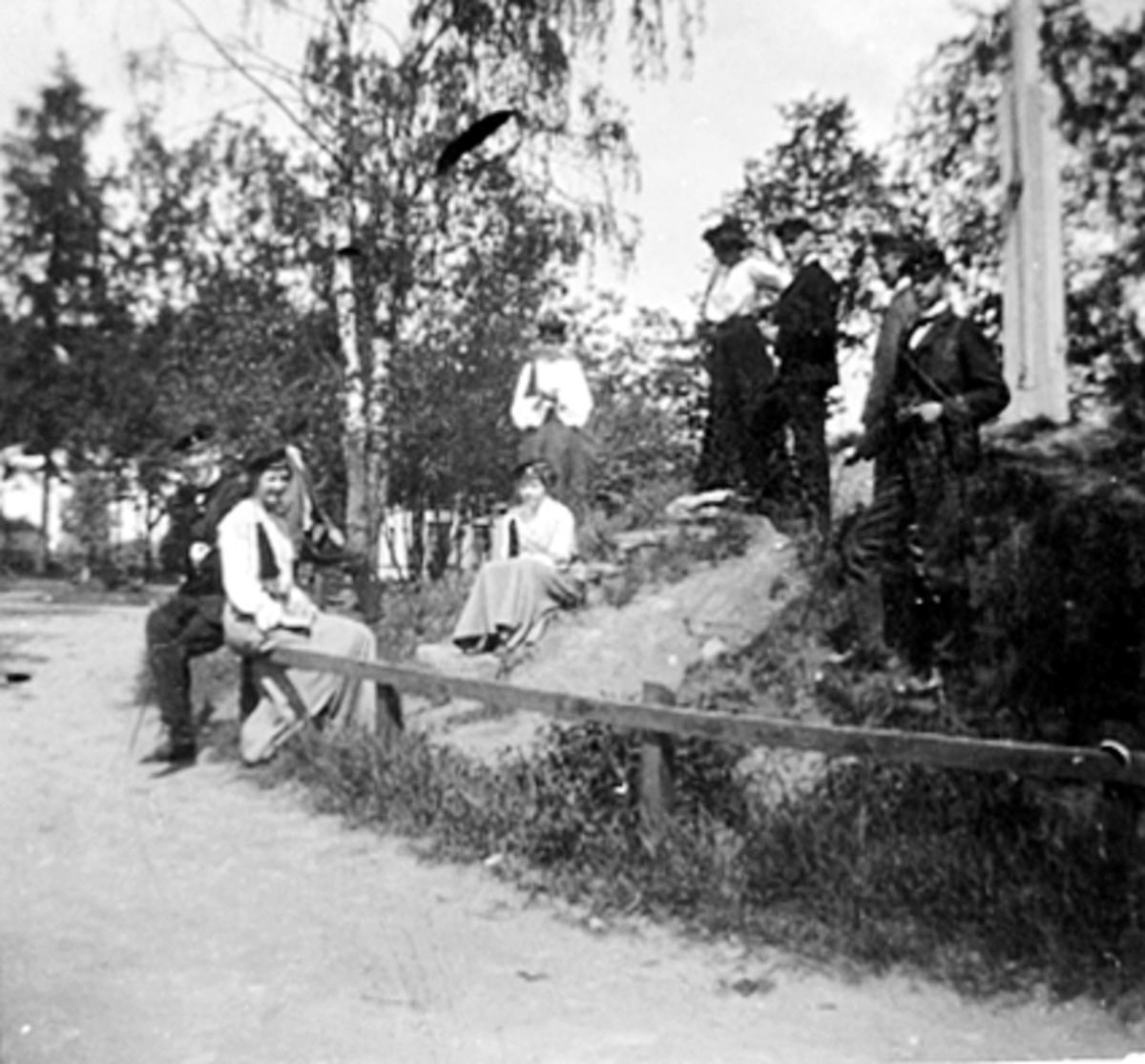 GRUPPE 9 STUDENTER PÅ FLAGGHAUGEN PÅ SKOLETORGET, VESTRE TORG