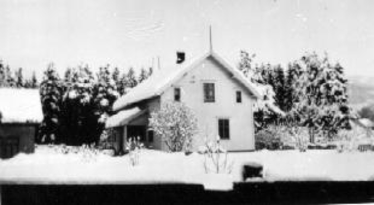 Eksteriør, bolighus, snødekt hage, Brumunddal.