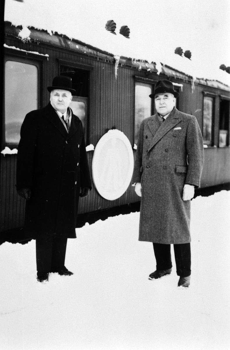 Severin Myrbakken, disponent Moelven Brug, Anders Fjellstad, bonde og landbruksattache, Moelv stasjon, Ringsaker.