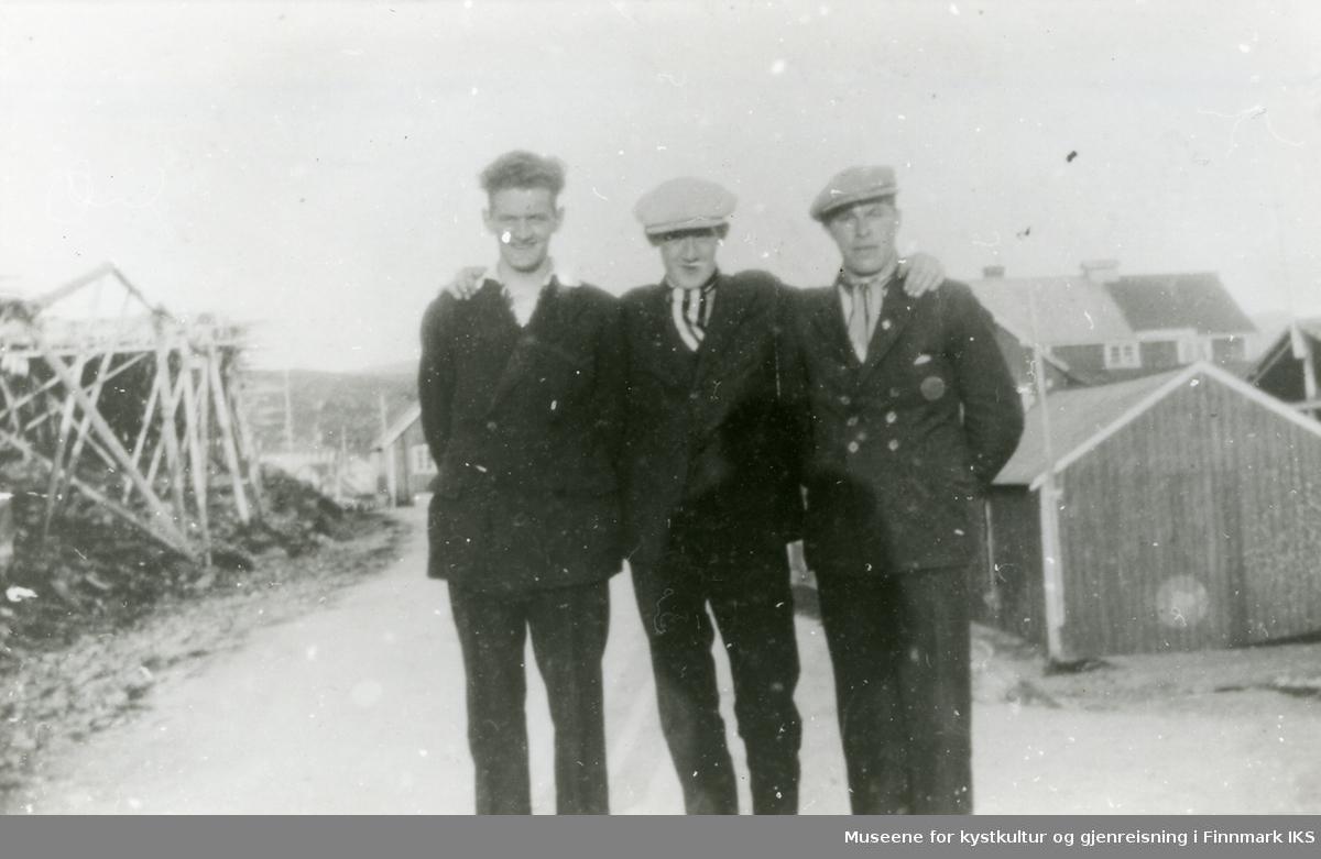 Tre söndagskledde herrer i Mehamn 1929. fra v.: 1. Per Irgens 2. Hildor Lillevik 3. Leif Olaussen Ant år.