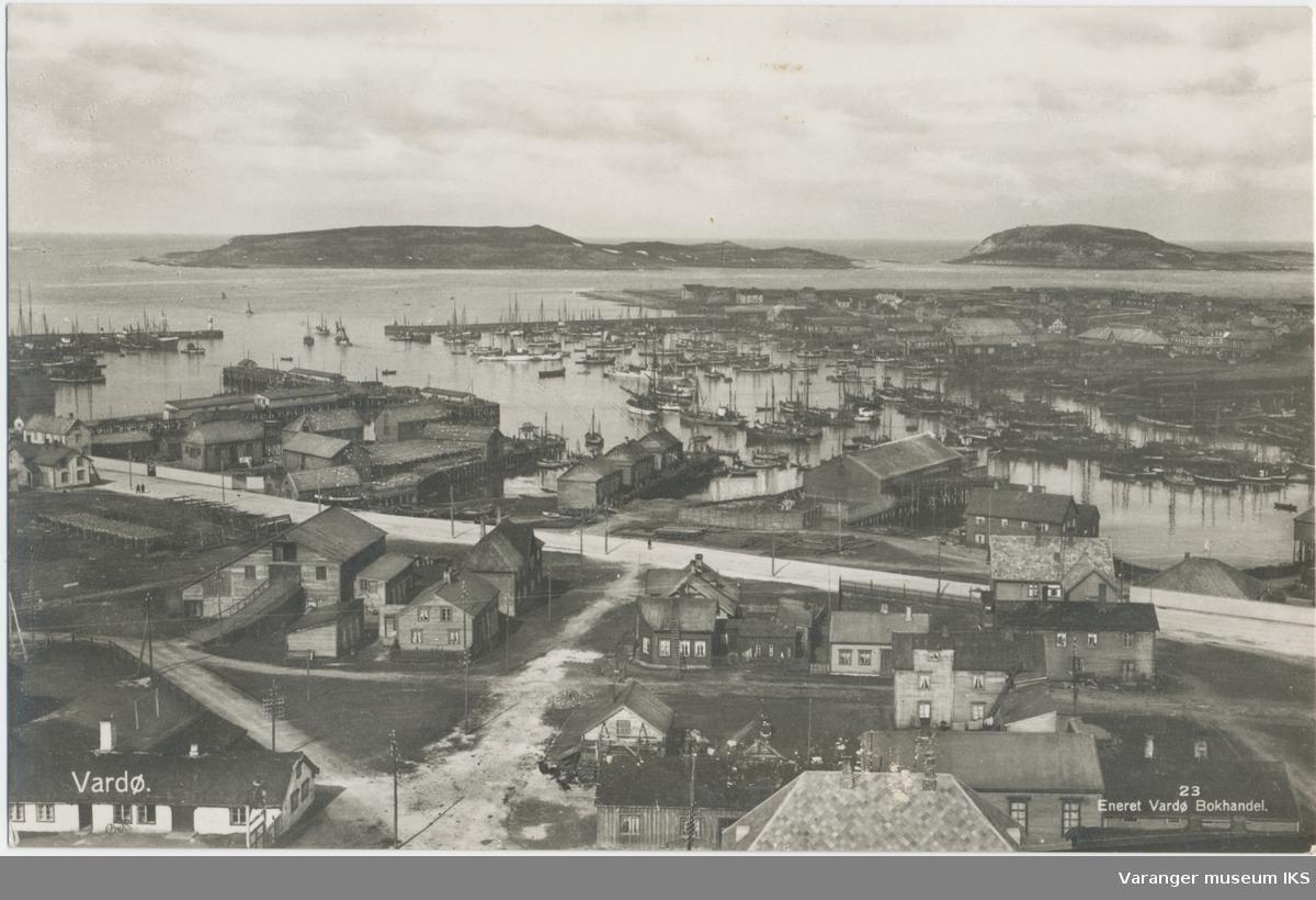 Postkort, Nordre Våg sett fra radiomastene, Reinøya og Hornøya i bakgrunnen, ca. 1930