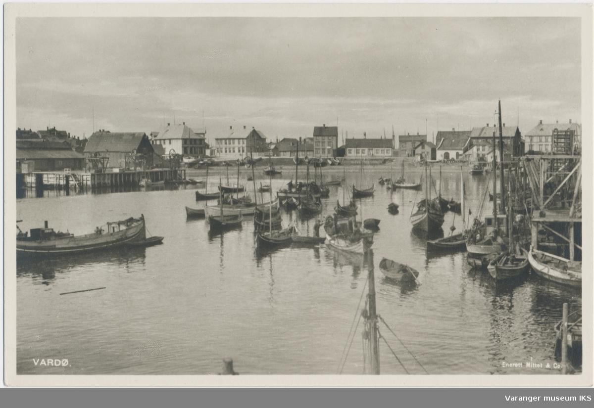 Postkort, Valen sett fra kaianlegg i Søndre Våg, båter i forgrunnen