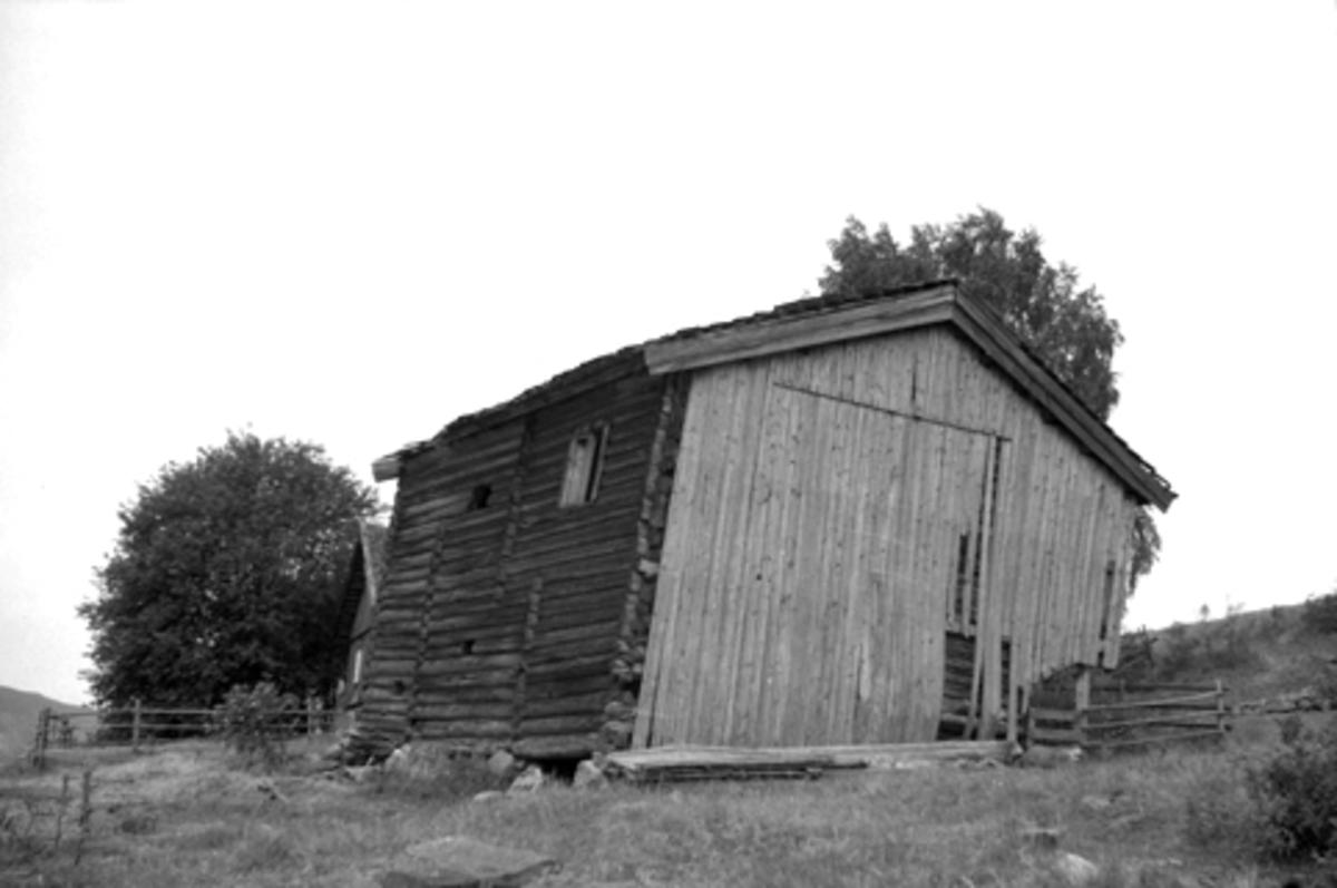 FALLEFERDIG TOETASJES TØMMERHUS, GARDSBYGNING, UTHUS, STOR-SANDEN, DÆLI, BRØTTUM i Ringsaker. FOTO: TORALV BLEKEN NILSSEN, 1959.