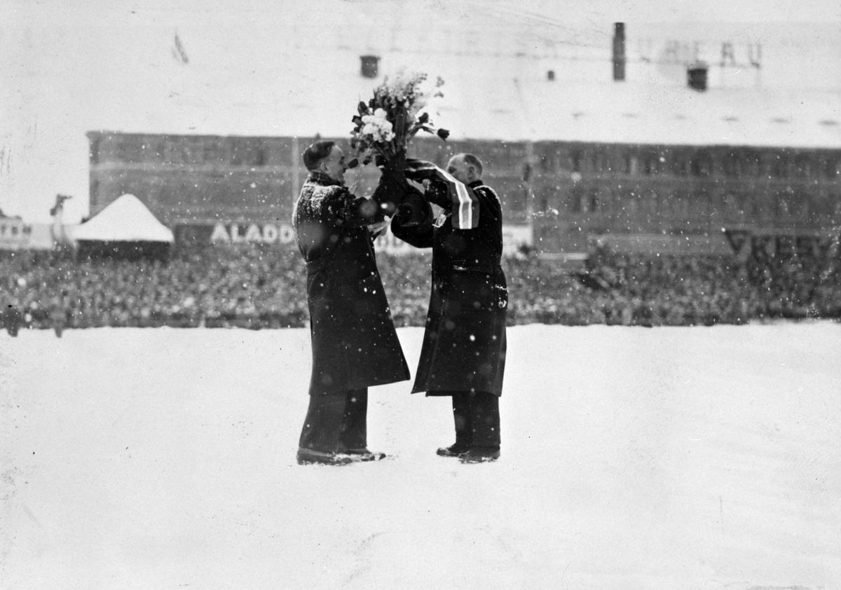 Oscar Mathisen utnevnes til æresmedlem av Norsk skøyteforbund.  Oscar Wilhelm Mathisen (født 4. oktober 1888, død 10. april 1954) var en norsk skøyteløper som representerte Kristiania Skøiteklubb.