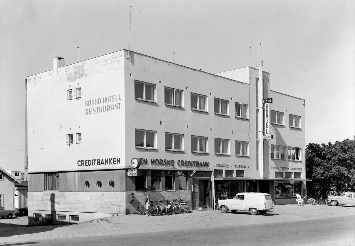 DEN NORSKE CREDITBANK, BRUMUNDDAL. 1959. AVTR. GRAND HOTELL. FOTOGRAF EIVIN LØKKEN.