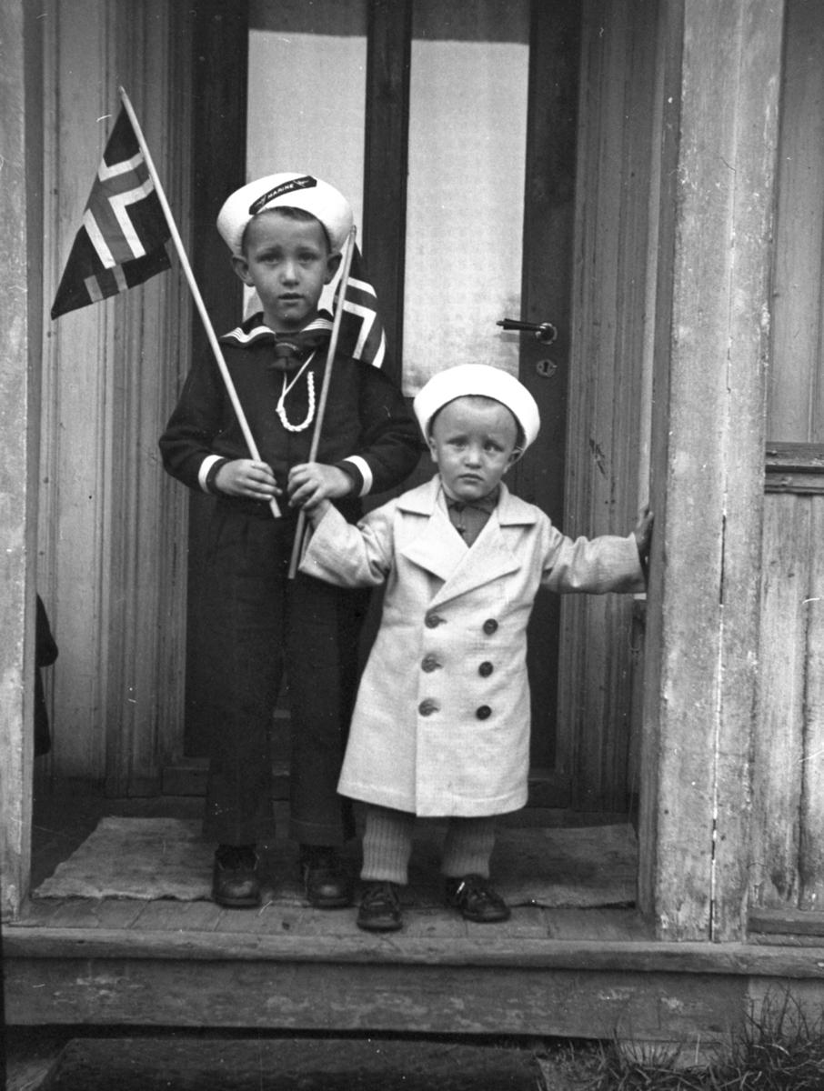 To barn med flagg