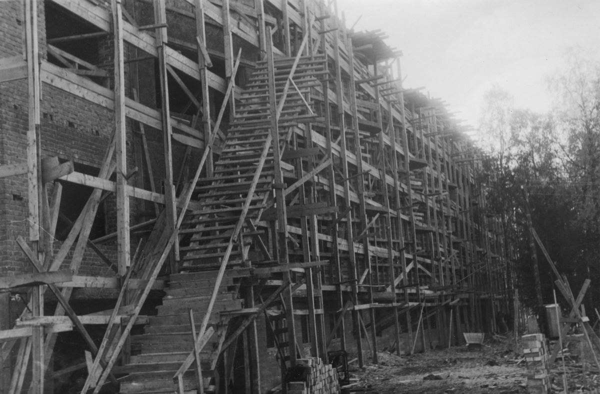 Lærerbygget i Leiret under bygging