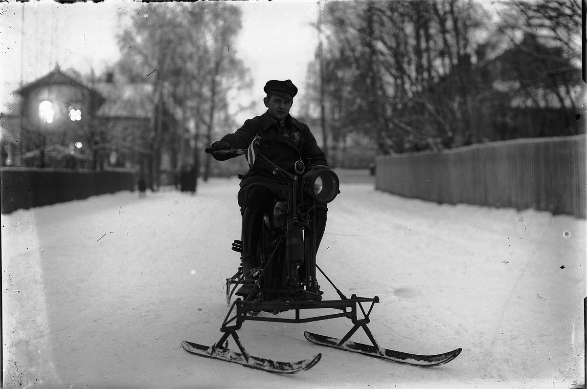 MOTORSYKKEL MED MEIER, AV INGENIØR HAGEN, HARLEY DAVIDSON 1920. BILSAKKYNDIG MIKKEL LIE I HØIENSALGATA i Hamar, Harley ombygget for vinter kjøring. Det var flere bedrifter i Norge som lanserte ulike ski alternativ for motorsykkel kjøring vinterstid. Sykkelen på bildet er en 1917/18 1000ccm magnet modell med Acetylene belysning. Carbide tanken for belysning henger på gaffel beinet.  SE OGSÅ HHB-2360