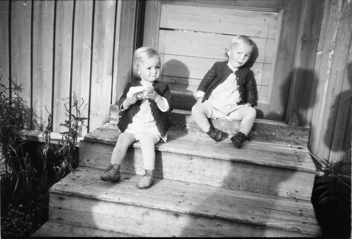 Ukjente barn på trammen.