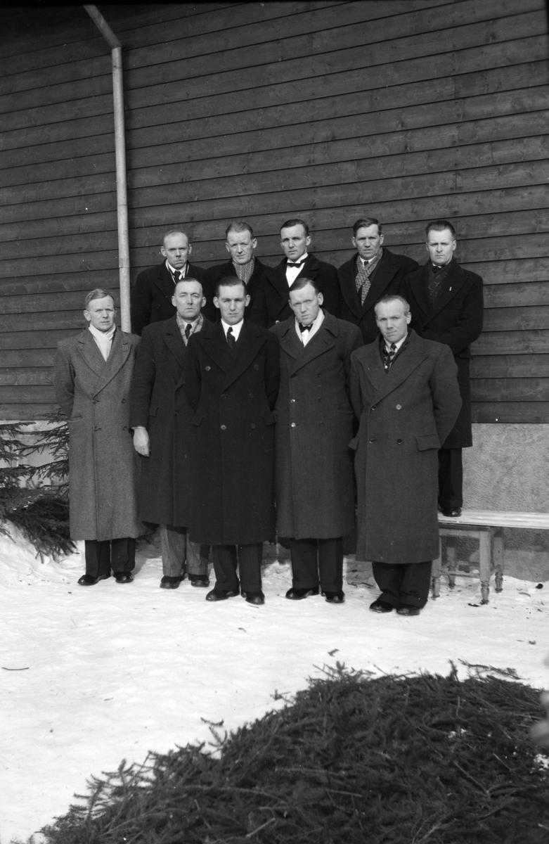 Begravelse Olafsen 1946. Gruppe slektninger, ukjente.