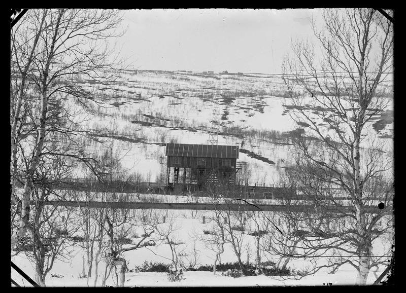 Taubanestasjon og taubane med gruveanlegg i bakgrunnen