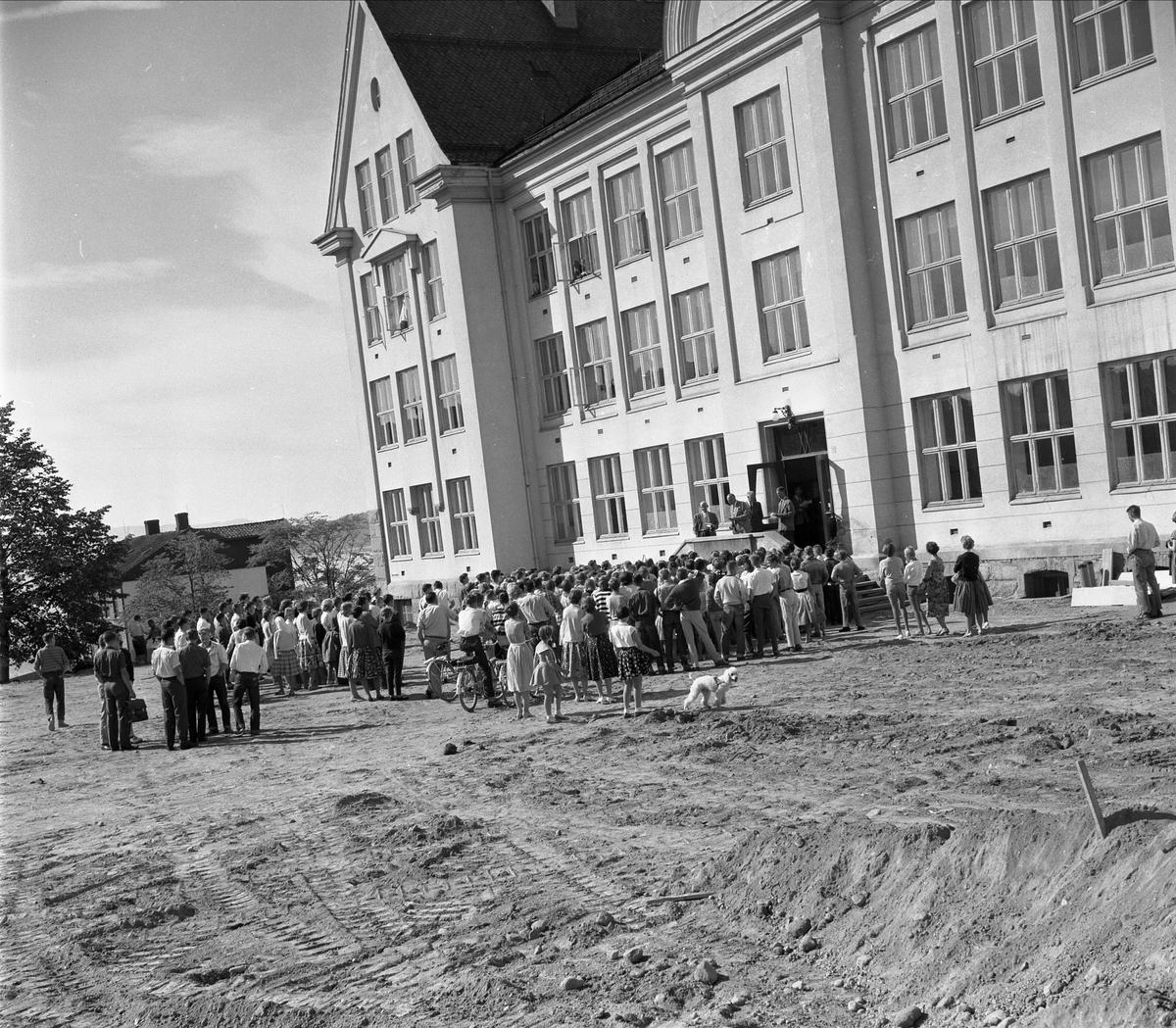 HAMAR KATEDRALSKOLE, FØRSTE SKOLEDAG SKOLEÅRET 1959-1960. 18-8-1959. REKTOR HENRY DØRUM LESER OPP NAVN OG KLASSEINNDELING.