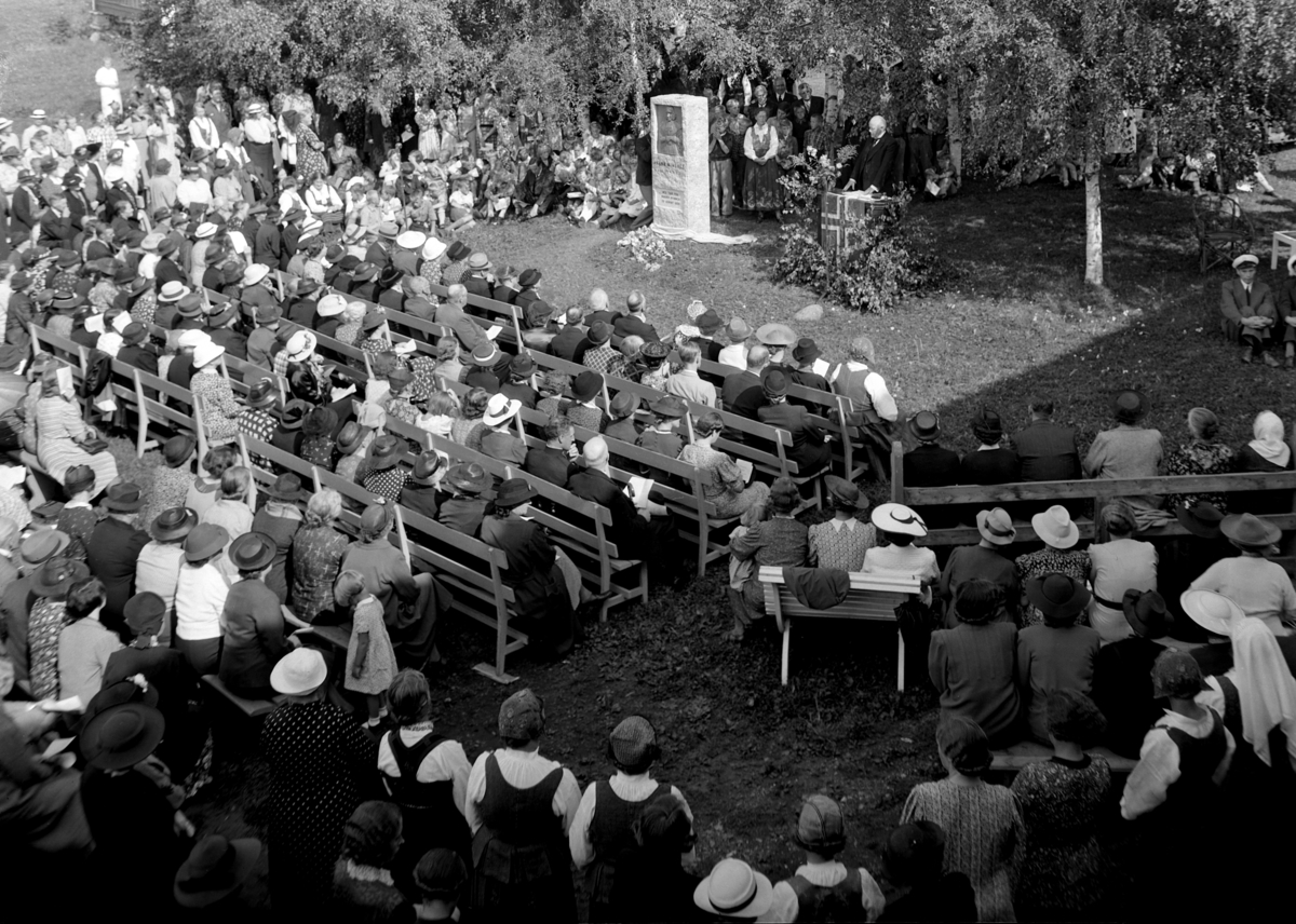 HANNA WINSNES, STATUE, ARRANGEMENT I FORBINDELSE MED AVDUKING AV BAUTA, MINNESTEIN 23. 8. 1939