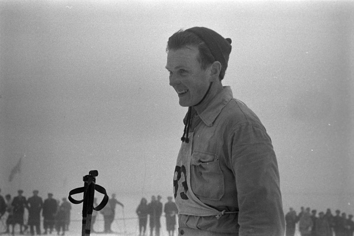 Magnar Estenstad. Han ble Norgesmester på fem-mila, 50 km. NM. Norgesmesterskap på ski, langrenn på Høsbjør i Furnes 1949. Skisport. Vinteridrett. Langrennsløper.