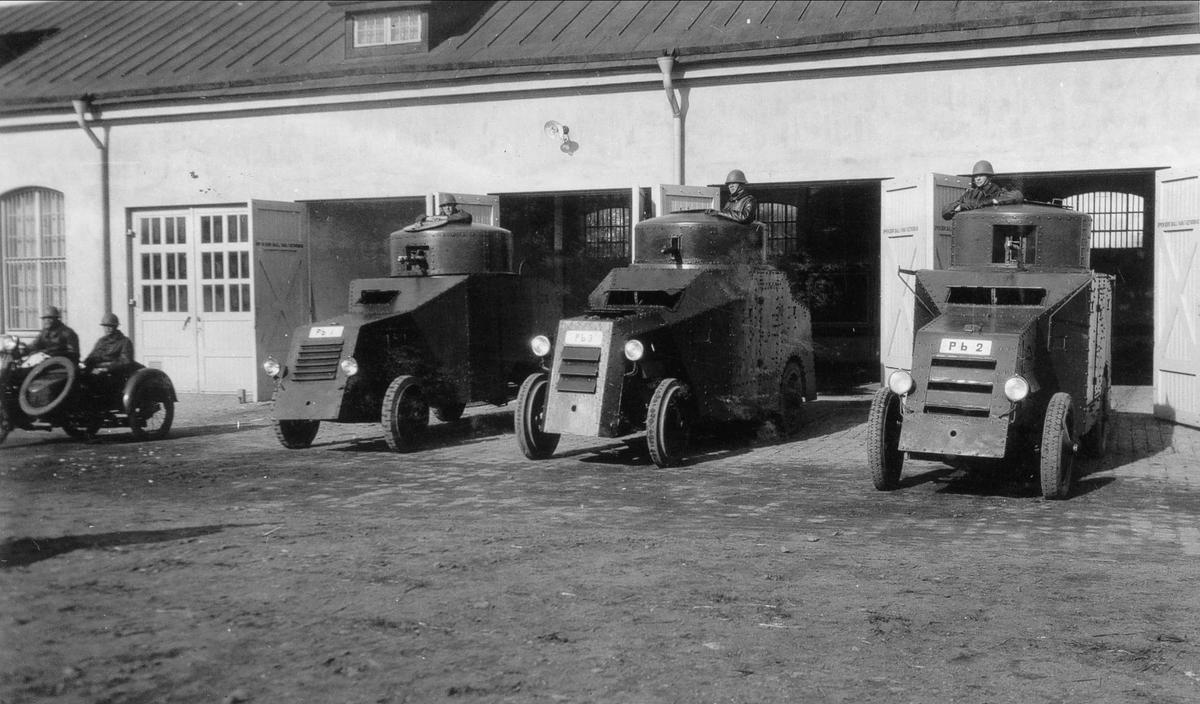 1930 - talet. Pansarbilar framför sitt nya garage.