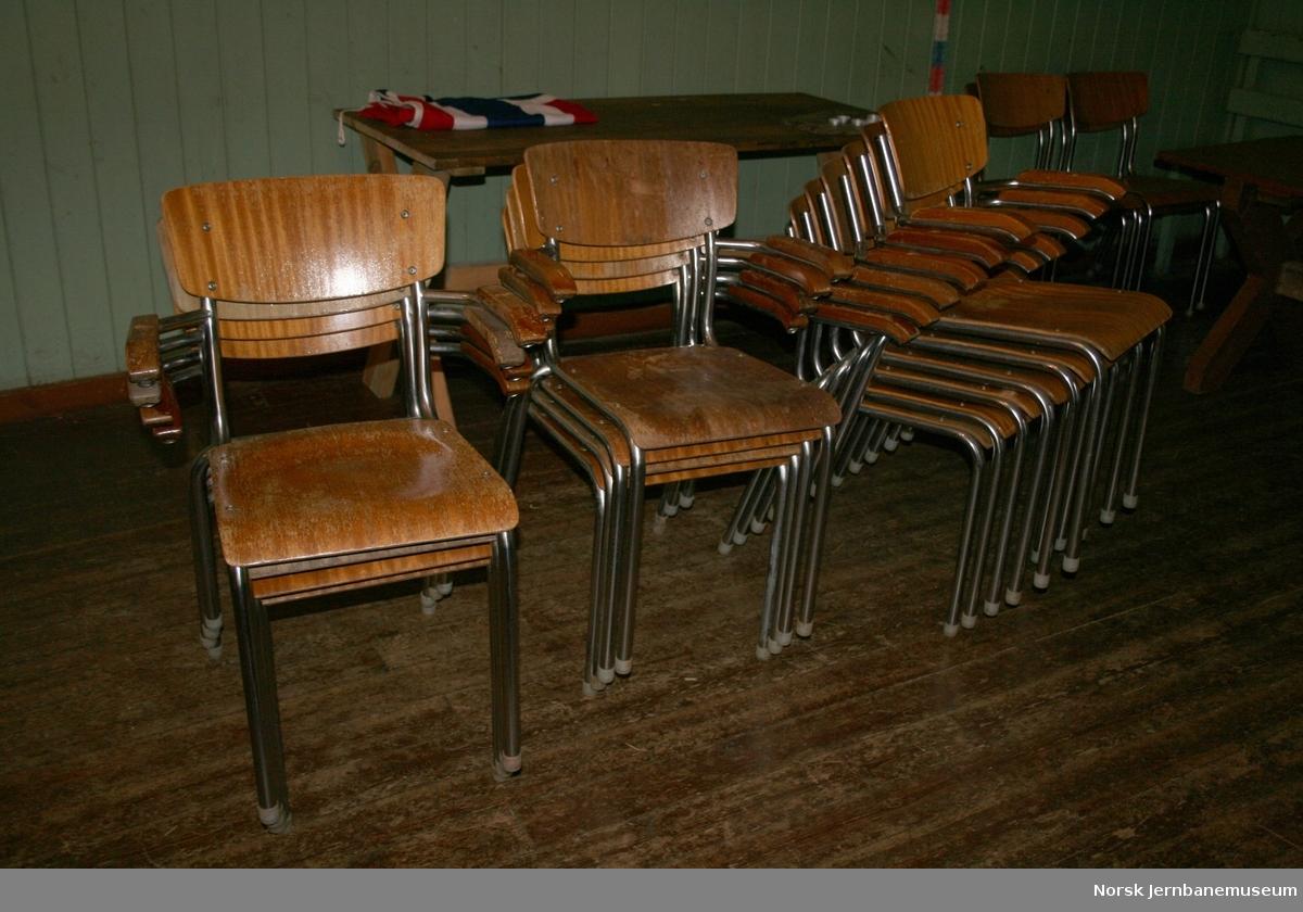 25 stoler, med armlene
