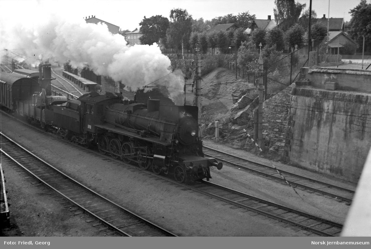 Damplokomotiv type 26c nr. 438 forlater Hamar stasjon med godstog til Rørosbanen