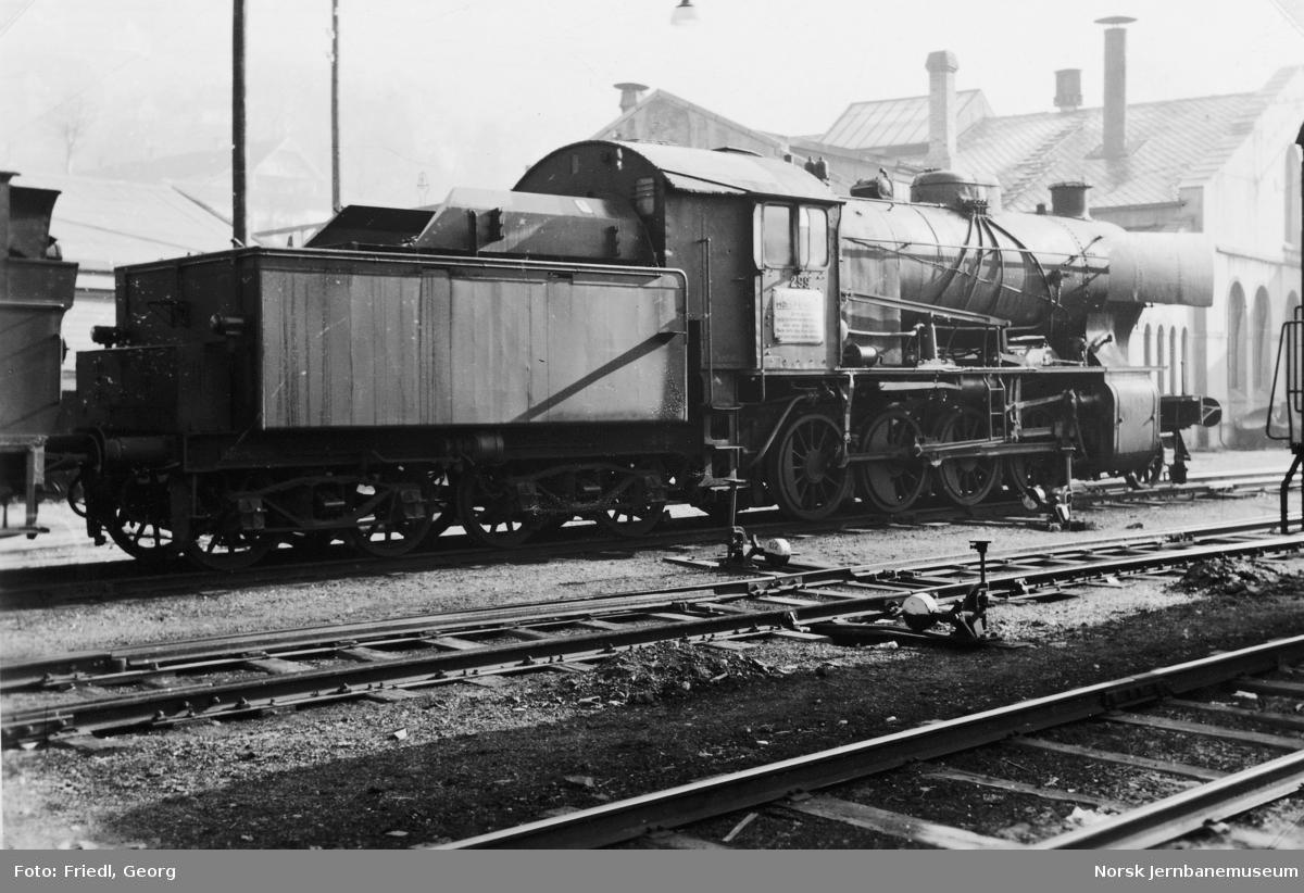 Damplokomotiv type 33a nr. 299 hensatt på Bergen stasjon før opphugging