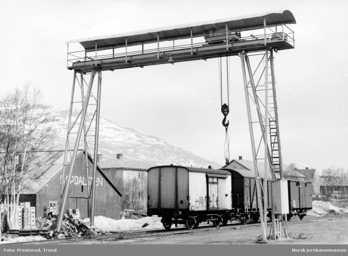 Portalkranen på Oppdal stasjon med godsvogner