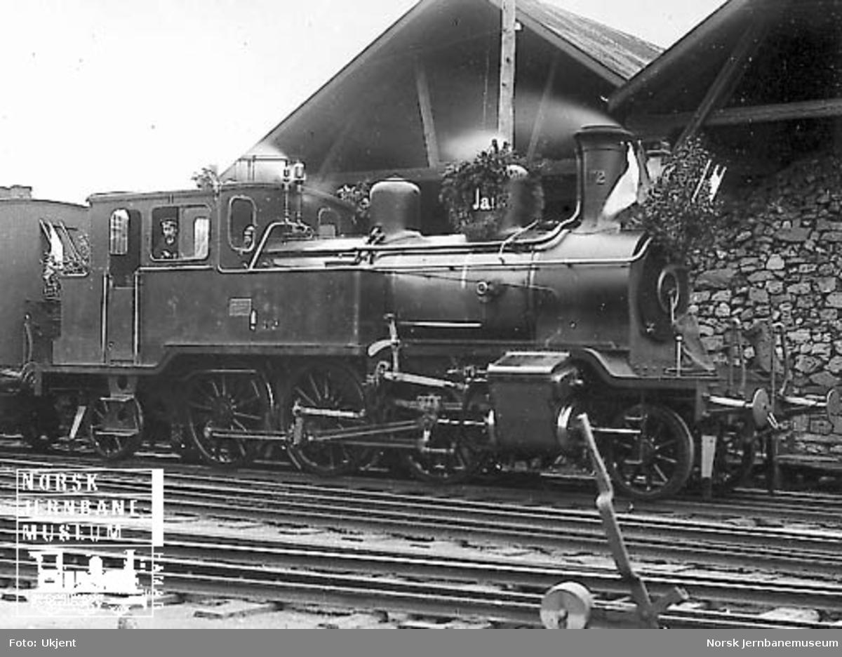 Et pyntet Vossebanens damplokomotiv type 20a nr. 172
