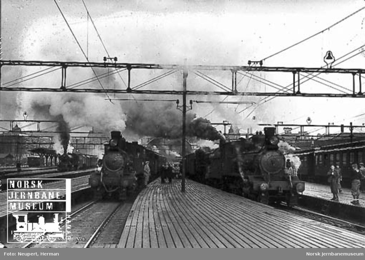 Tre damplokomotiver er klare til avgang med persontog på Østbanen i påsketrafikken