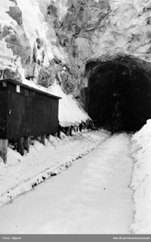 Nediset skinnegang ved nordre innslag til Bergsund tunnel under streiken : hus for ventilasjonen til venstre