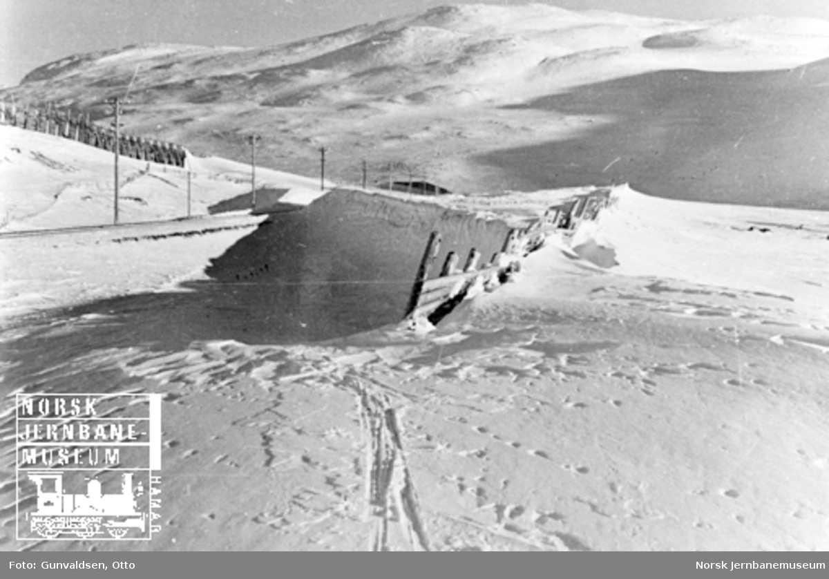 Snøskjerm lagrer snø i linjen ved Oksebotn