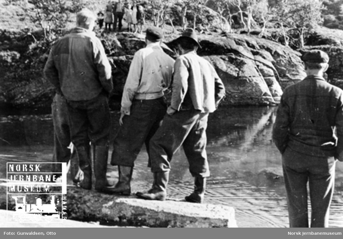 Fem menn ved gjennomslaget i tappetunnel fra Seltuftvatn