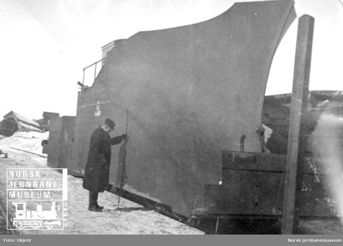 En større svensk snøplog blir inspisert av Lysgaard jr.