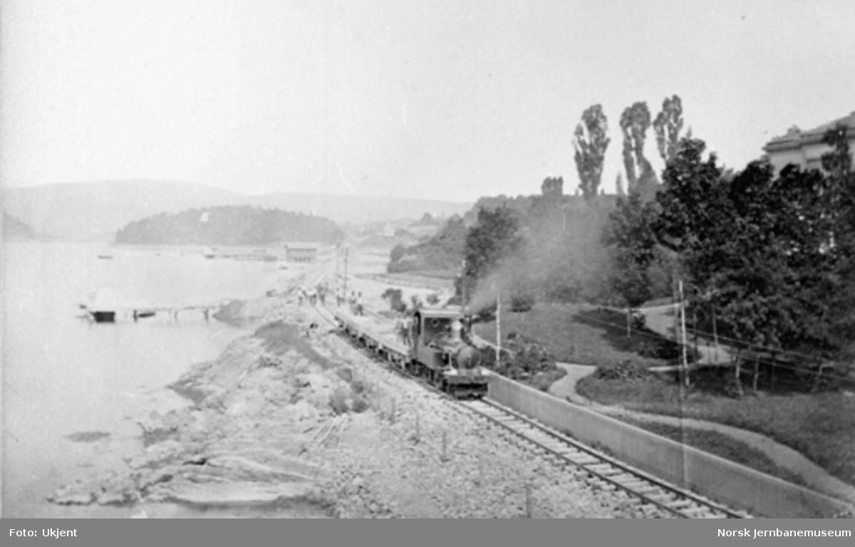 "Damplokomotiv type IV nr. 14 ""Hermod"" med arbeidstog ved Skarpsno"