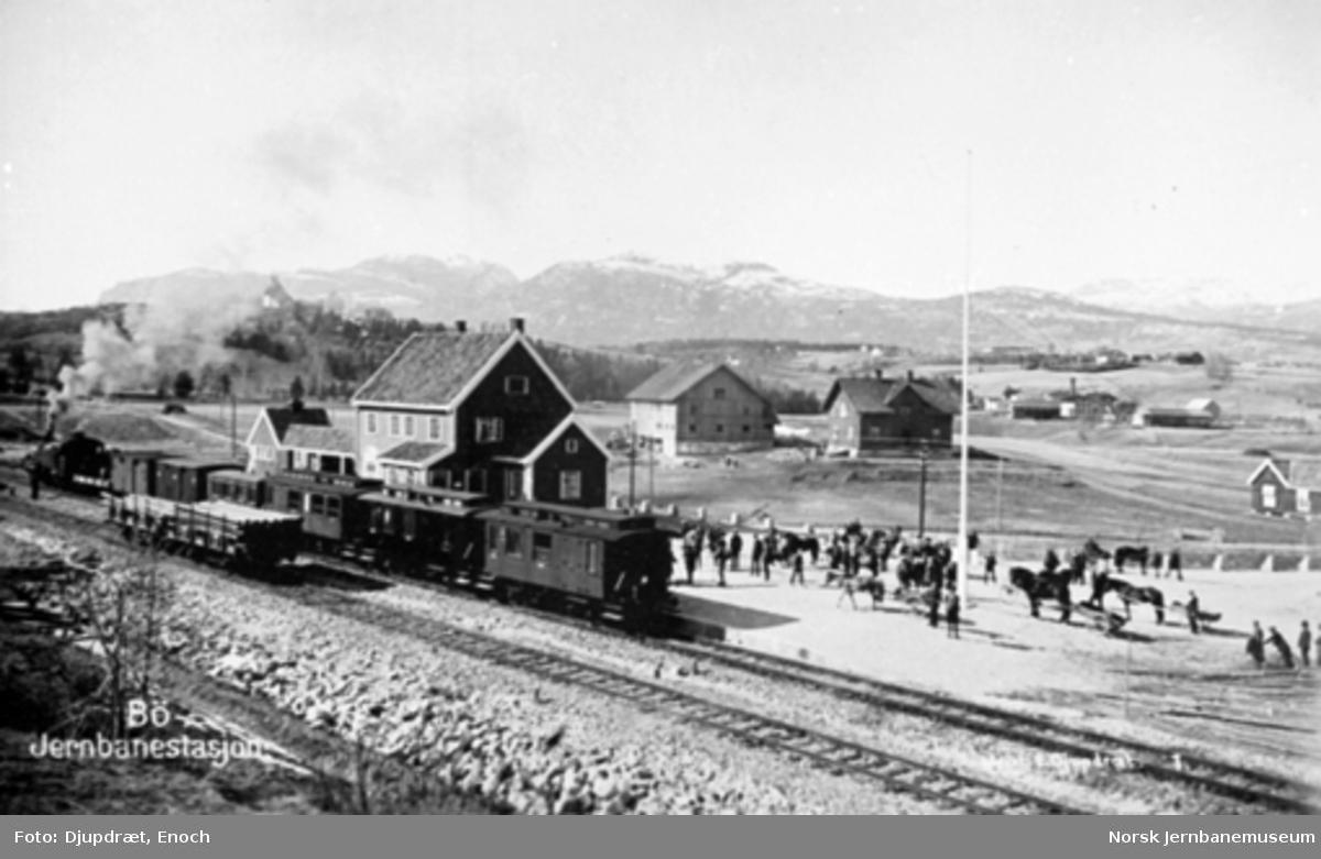 Bø stasjon med blandet tog i spor 1