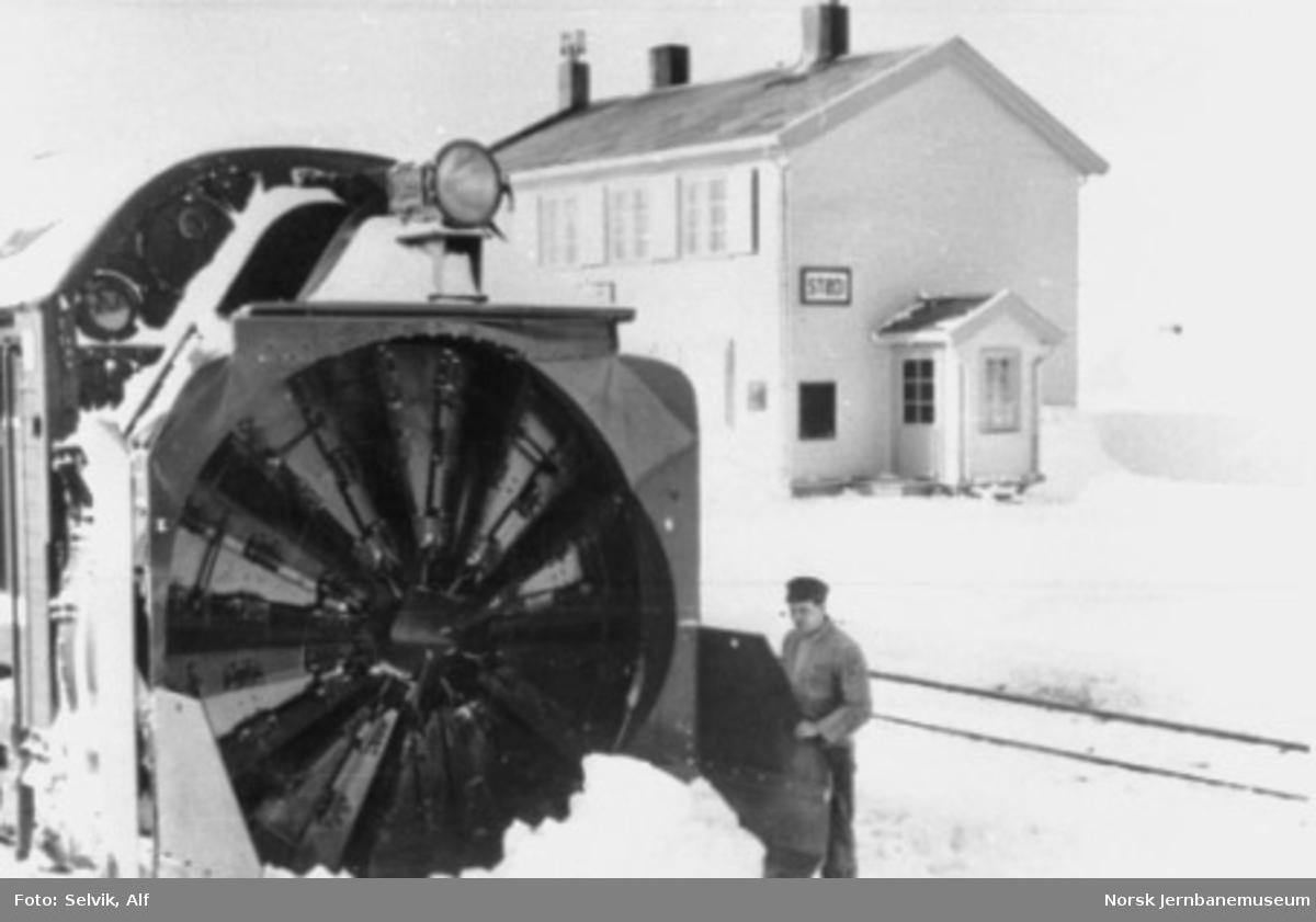Fronten av en roterende snøplog på Stødi stasjon