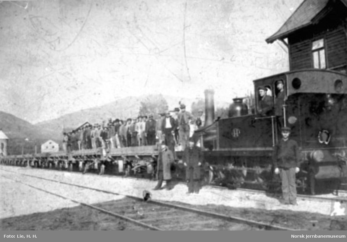 Damplokomotiv type 1 nr. 14 med grustog og mannskap på Ringebu stasjon