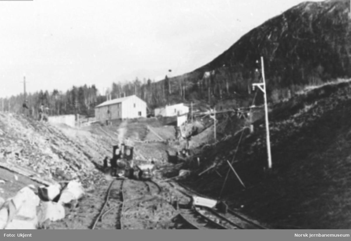Forskjæring syd til Bergsnev tunnel med anleggsdamplokomotiv og vagg, pel 1490