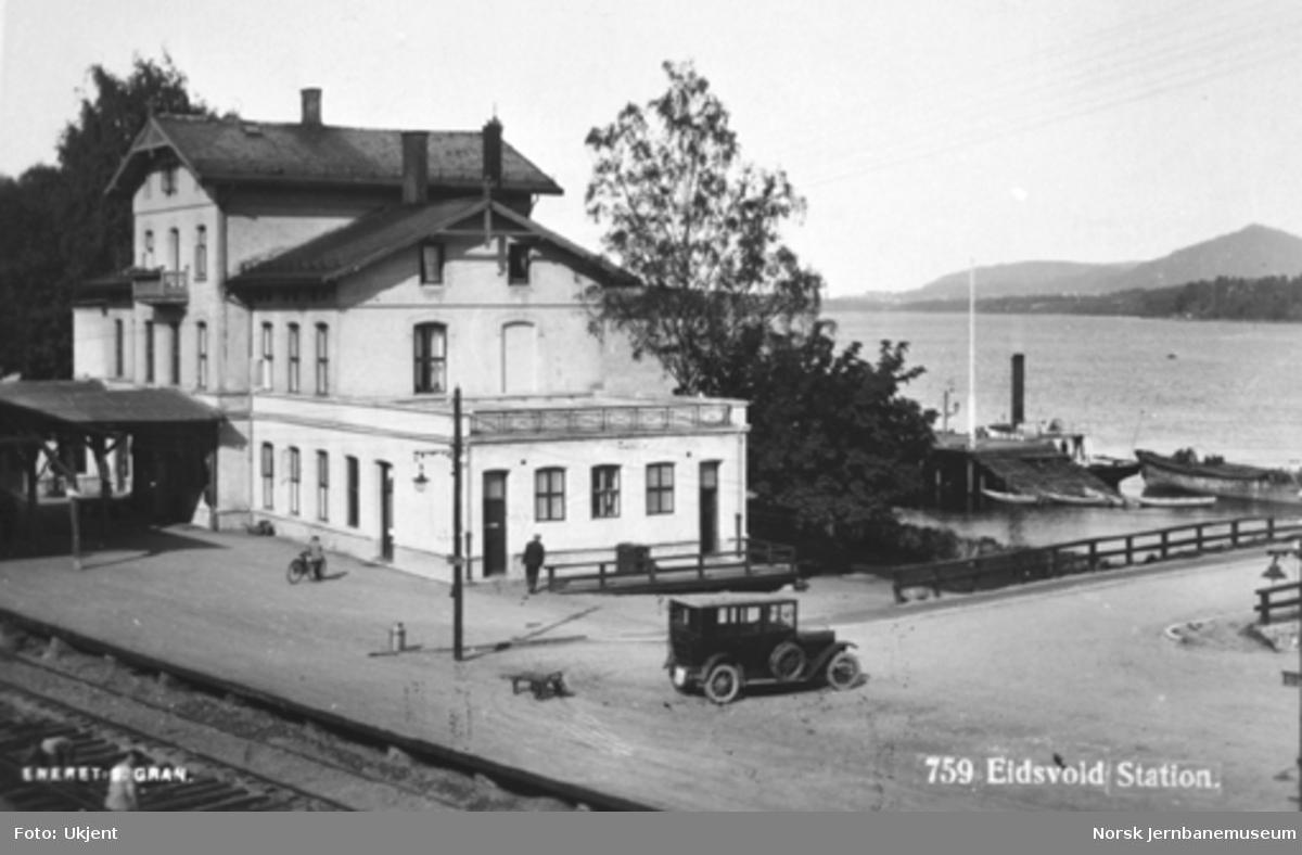 Eidsvoll stasjonsbygning med kaien i bakgrunnen