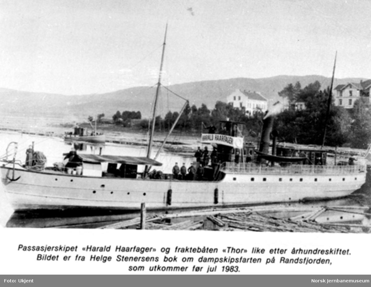 """Dampbåten """"Harald Haarfager"""" med fraktebåten """"Thor"""" i bakgrunnen"""