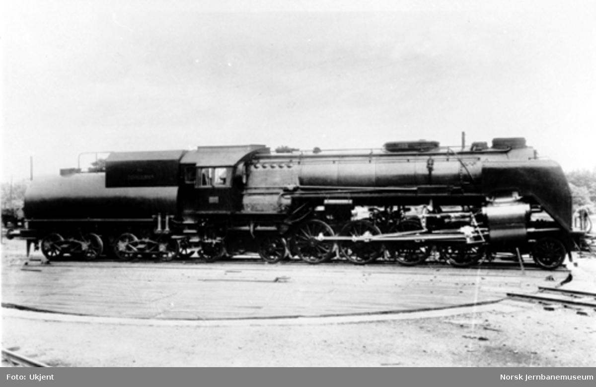 """Damplokomotiv type 49a """"Dovregubben"""" nr. 463 på svingskive"""
