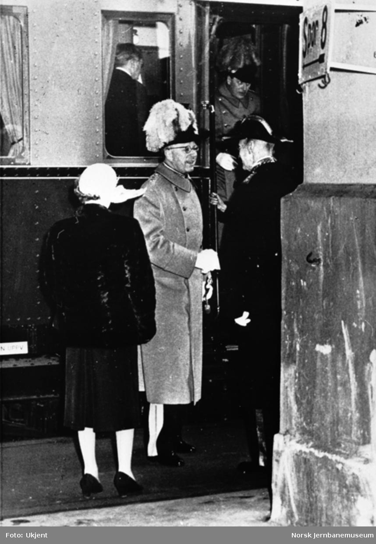 Statsbesøk med det svenske kongeparet; ankomst Oslo Østbanestasjon