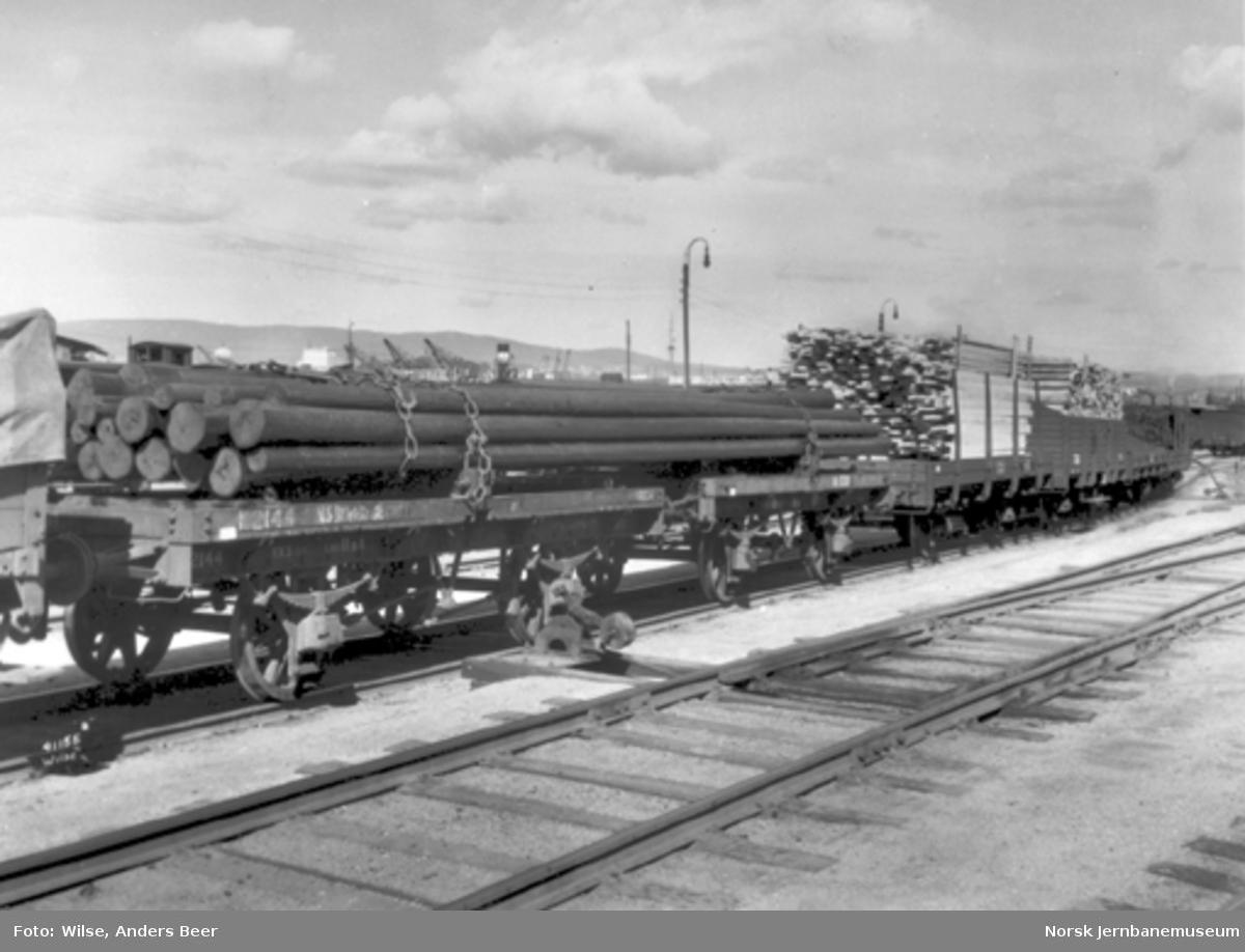 Tømmervogner litra K nr. 2144 og 1338 lastet med stolper