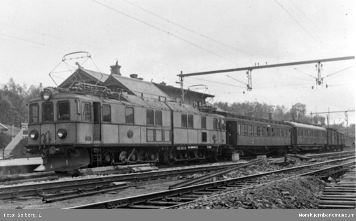 Ofotbanens elektrifisering : svensk elektrisk lokomotiv litra O nr. 18 med tog på Narvik stasjon